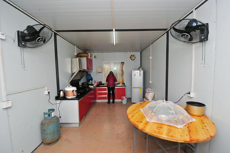 集装箱活动房也可以装修成厨房-讲述成都一名大学毕业生租住集装箱