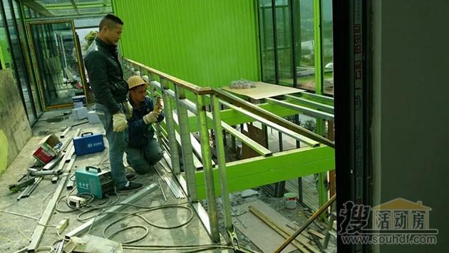 工人制作集装箱房屋内部的楼梯