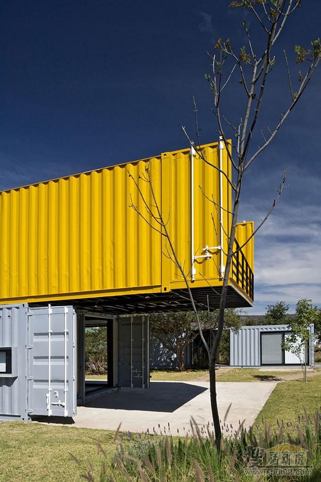 四个集装箱组合的住宅