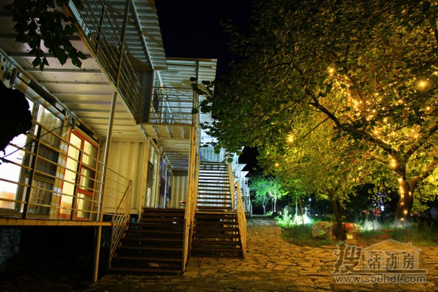 集装箱酒店夜景