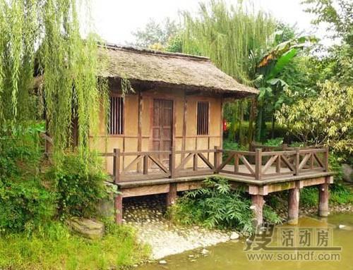 湖边的防腐木屋