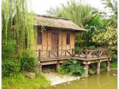 湖边的仿古木屋