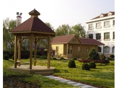 木质小房屋和亭子