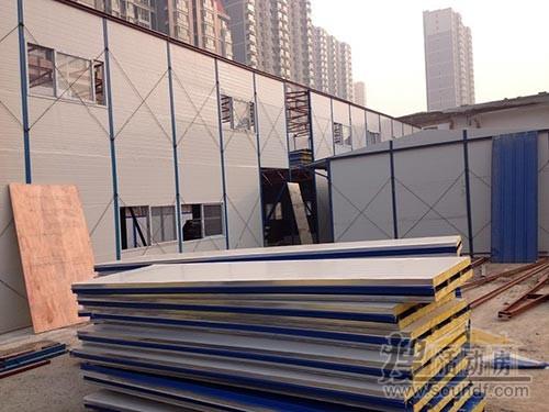 彩钢房材料运到了建筑工地