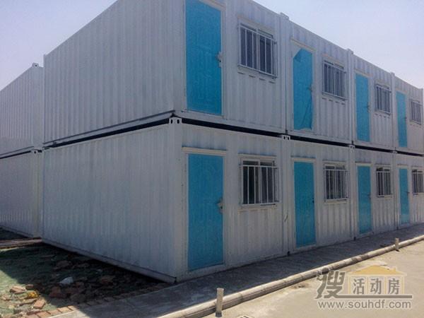 白色的铁皮集装箱房屋