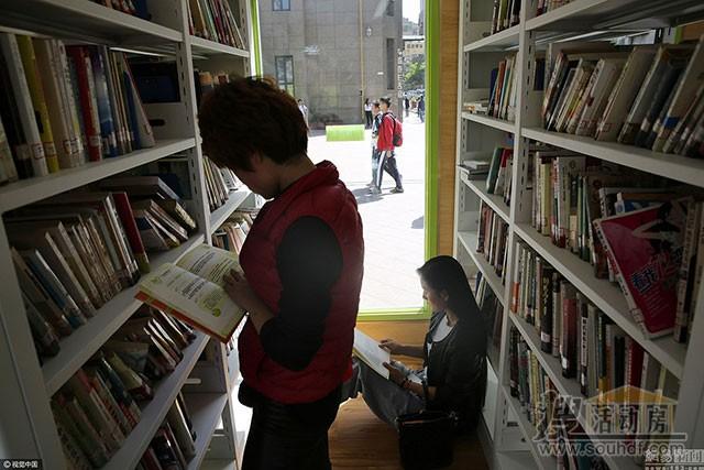 学生们在集装箱书店里看书