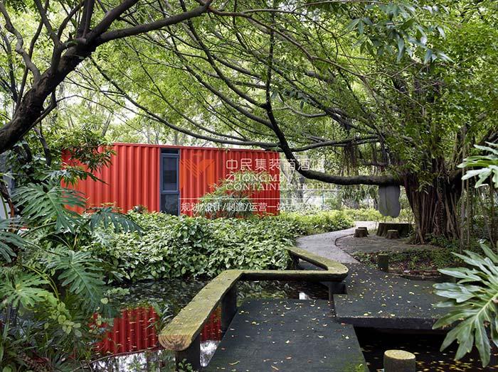 树林下的一间集装箱房屋