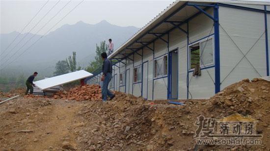 工人正在安装彩钢房