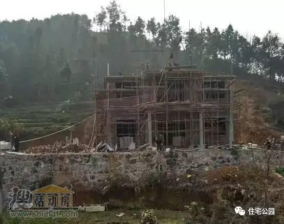 三层别墅建在半山腰