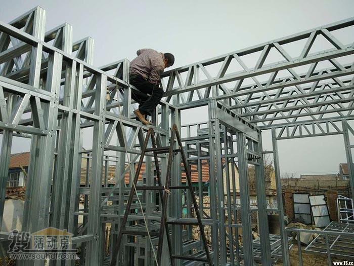 工人们正在安装轻钢龙骨
