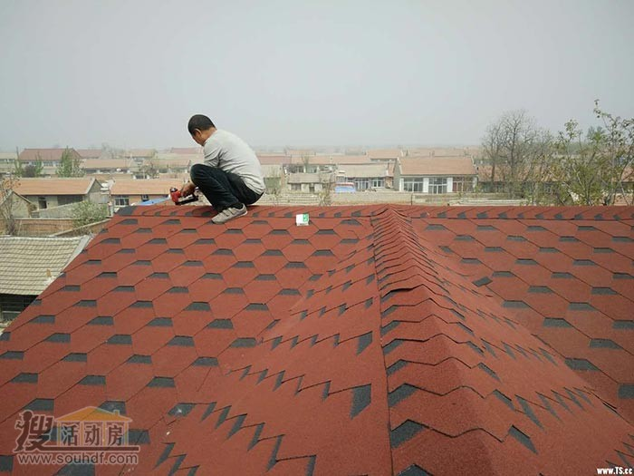 铺设屋顶的沥青瓦,防水性能好