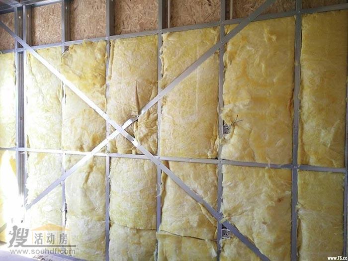 轻钢别墅的墙体铺上岩棉层,提供隔热,保温效果